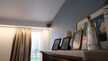 Dans le coin de la chambre, le capteur détecte les mouvements du résident