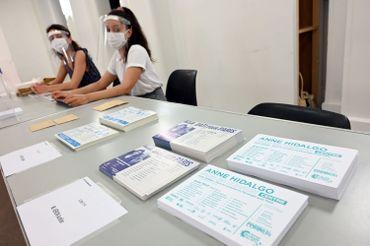 Préparation du scrutin dans un bureau électoral parisien, ce 26 juin 2020