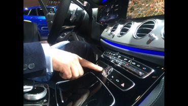 Grâce à une carte SIM insérée dans la voiture, il est possible de lire ses mails, faire une recherche internet ou encore regarder une vidéo.