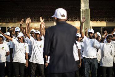 Un superviseur des élections s'adresse aux membres de la commission électorale afin de leur faire prêter serment.