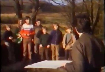 Louis Toussaint avec ses élèves, sur le terrain.
