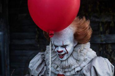 """Bill Skarsgård, clown maléfique dans """"Ça"""" de Andy Muschietti"""