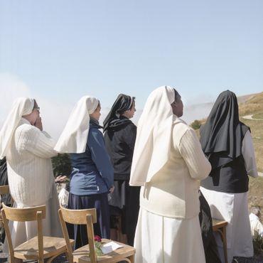 Des religieuses prient dans les Alpes lors des célébrations mariales de 2019. La Vierge Marie serait apparue à deux jeunes bergers le 19 septembre 1846 à La Salette, en France.