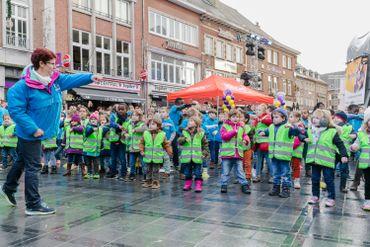 200 élèves de l'Athénée Royal de Nivelles se sont réunis devant le cube pour un flashmob géant !