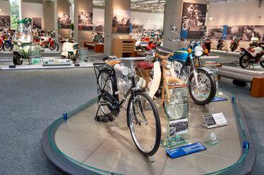A gauche, la toute première moto de 1946, le modèle A. A côté, le Super Cub avec plus de 100 millions de modèles vendus et à droite, la CB 750 K0