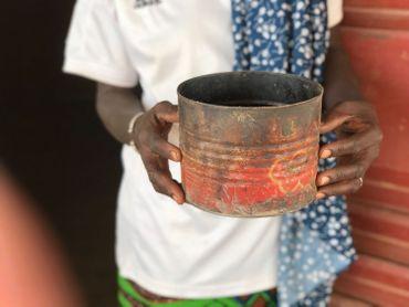 La tine est une boite de conserve d'environ 2 litres. 4 portions de millet nourrissent une trentaine de personnes deux fois par jour.