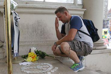Un homme dépose des fleurs devant l'ambassade française à Londres ce vendredi 15 juillet, en hommage des attaques de Nice du 14 juillet.