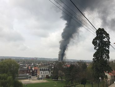La colonne de fumée visible à plusieurs kilomètres