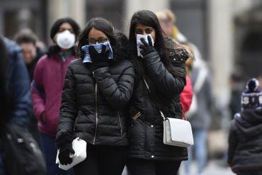 """Touristes portant des masques parfois fabriqués """"avec les moyens du bord"""" à Bruxelles, durant la crise du COVID-19"""