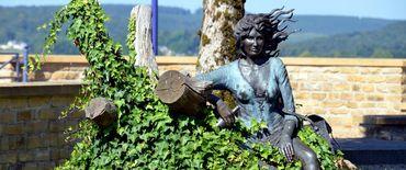 La statue en bronze de Violette est située près de l'église de Florenville, face à l'hôtel de ville.
