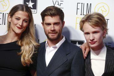 Nora Monsecour, à gauche, avec Lukas Dhont et l'acteur Victor Polster, pendant la cérémonie d'ouverture du Festival du Film de Gand.
