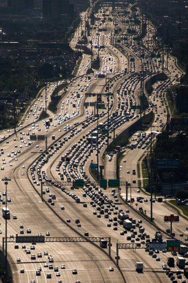 La Katy Freeway à Houston, considéré comme le cas d'école du trafic induit. La largeur de la route atteint 26 bandes de circulation par endroit.