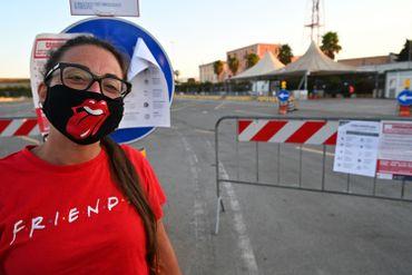 """L'Italie a organisé au pied levé des tests en """"drive-in"""" pour les vacanciers rentrant de Sardaigne en ferry à Civitavecchia, près de Rome."""
