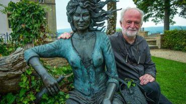 Jean-Claude Servais à Florenville avec la statue de tendre Violette. - © ÉdA – Jacques Duchateau
