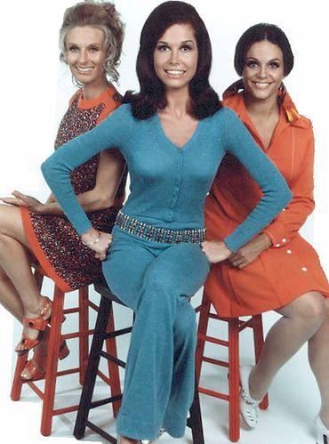 """C. Leachman (gauche) aux côtés de Mary Tylor Moore et Valerie Harper dans """"Marie Tylor Moore Show"""""""