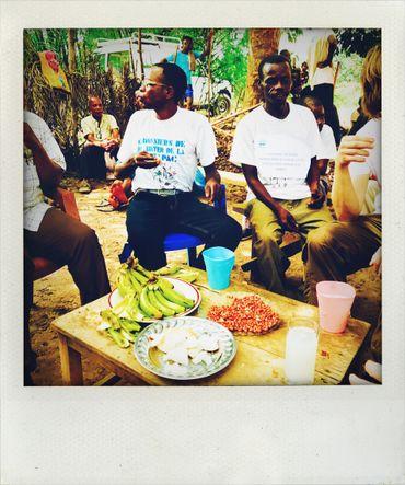 Avant de quitter le village, nous partageons le vin de palme