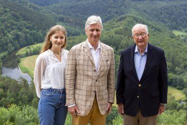 """La princesse Elisabeth, le roi Philippe et le roi Albert II devant le """"Tombeau du Géant"""", à Bouillon, le 26 juin 2020"""