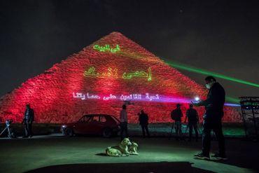 Message invitant la population égyptienne à rester chez elle, projeté sur la pyramide de Khéops, à Gizeh, ce 30 mars 2020