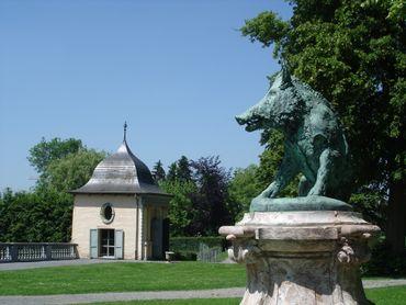 Le domaine d'Enghien est jalonné de divers témoins de son histoire : le Pavillon Chinois, le Pavillon aux Toiles, le Pavillon des 7 Etoiles, le Pavillon des Princesses, le Pavillon des Ducs, la Chapelle Castrale.