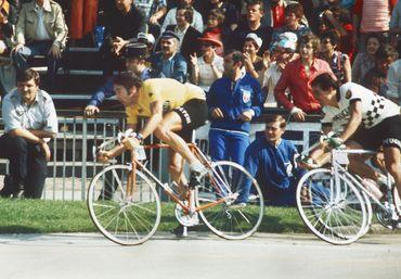 Eddy Merckx a porté le maillot jaune 111 fois au total.