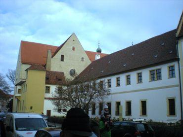 Dans l'immense complexe du château Saint Emmeram, le chevet de la basilique et l'une des ailes de l'ancienne abbaye.