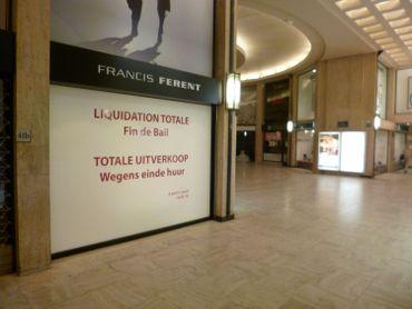 Dans la galerie Louise,  de nombreux commerces sont en liquidation.