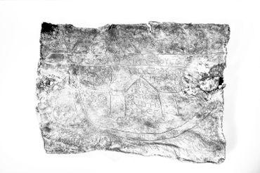 Il y a des inscriptions en grec et en latin gravés sur la tablette