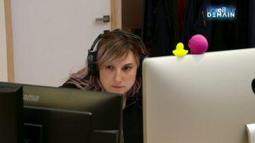 Roxane croule sous les propositions de travail depuis qu'elle est diplômée en informatique.