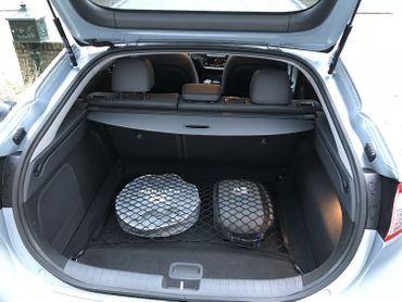 La batterie étant sous le coffre et la banquette arrière, le plancher est un peu plus haut.