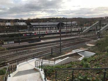 Depuis le parking qui surplombe la gare, on pourra bientôt accéder aux quais en évitant la passerelle.