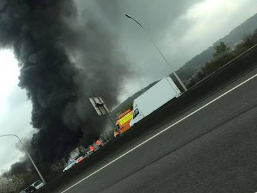 L'incendie au centre de recyclage Van Gansewinkel à Wandre vu depuis l'autoroute