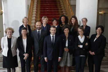 Le président Emmanueal Macron et son Premier ministre entourés des femmes du gouvernement.