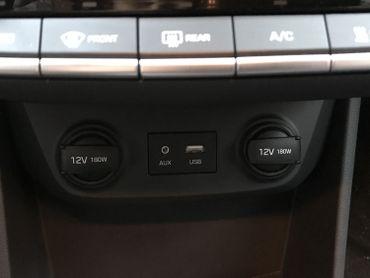 La prise USB, juste en dessous de l'écran tactile, permettant de connecter son GSM.