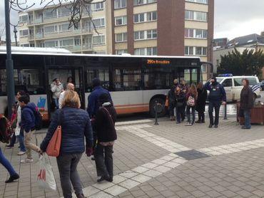 Un bus évacué lors de l'instauration du périmètre de sécurité.