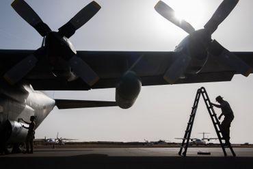 Préparatifs avant le dernier vol du C130 en mission internationale sur le tarmac de Gao.