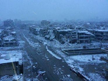 Une photo, sur un blog anti-gouvernemental, montre la ville de Homs, détruite, sous la neige