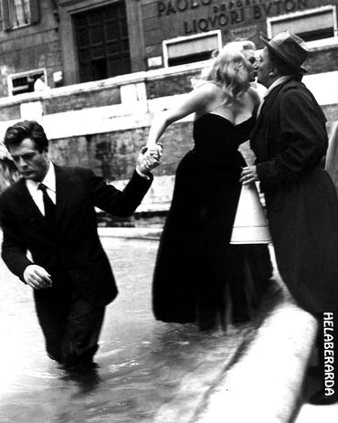 Fellini embrasse Anita Ekberg sur le tournage de La dolce vita, en 1960. Avec Marcello Mastroianni.