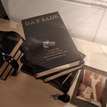 Quelques exemplaires des écrits du Marquis de Sade