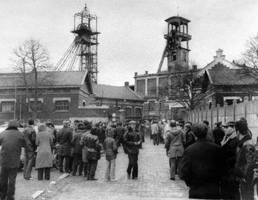 Des proches des mineurs attendent devant la fosse à Liévin, le 27 décembre 1974