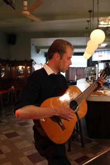 Filip Jordens à la guitare