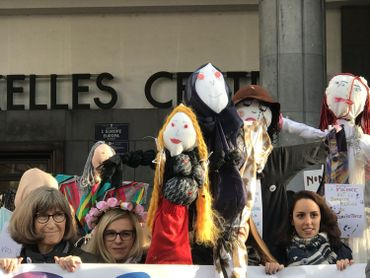 «Nous ne sommes pas des poupées, interdit de nous frapper. Nous ne sommes pas des poupées, il faut nous respecter.»