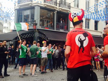 Dans le centre de Bruxelles, supporters belges et irlandais font la fête ensemble