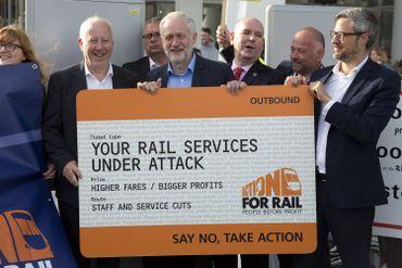 Jeremy Corbyn pour une re-nationalisation des chemins de fer, à Londres, en août 2016