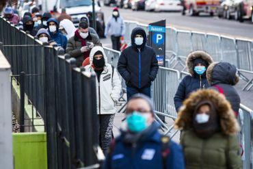 Des New-Yorkais font la file devant l'hôpital Elmhurst pour être testés au covid-19.