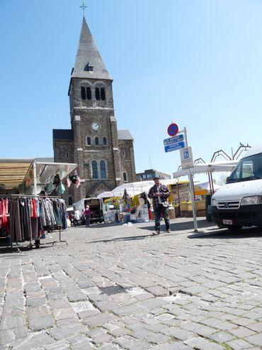 La place centrale d'Auvelais, un jour de marché