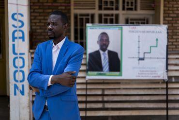 Le candidat indépendant à la présidentielle Philippe Mpayimana devant une affiche à son effigie aàShyrongi, dans le nord de Kigali.
