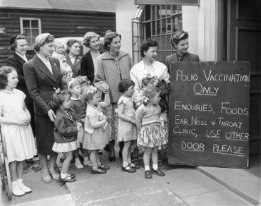 Un groupe de mère avec leurs enfants lors des premières campagnes de vaccination en Grande-Bretagne, en 1956.