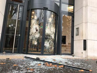 Des vitrines et entrées de bâtiments ont été endommagées.