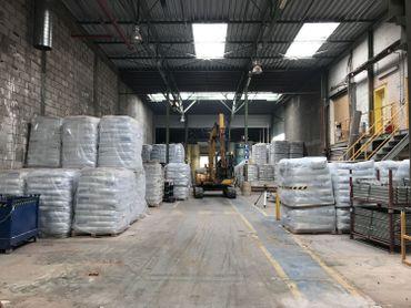 C'est dans ce long couloir où sont stockées les matières premières que la nouvelle ligne de production sera installée.