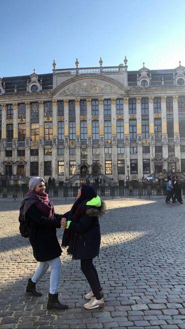 Abeer découvre la Grand-Place de Bruxelles